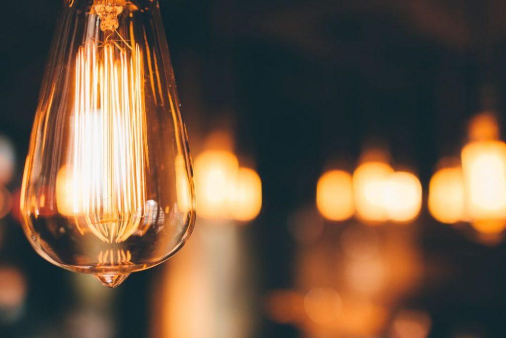 El gobierno reduce impuestos en la factura de la luz.